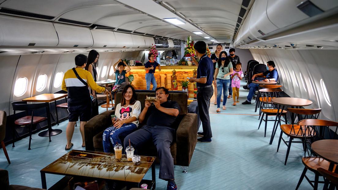 Aviones reconvertidos en cafeterías son tendencia en Tailandia entre quienes echan de menos volar