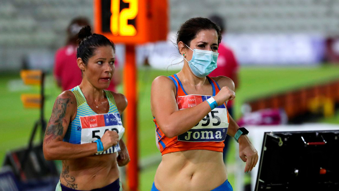 """Una atleta y pediatra española compite con mascarilla para concienciar sobre su uso y """"no poner en peligro a sus compañeras"""" thumbnail"""