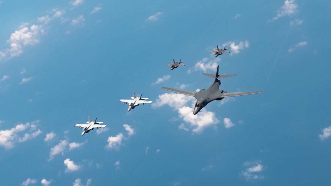 Cazas rusos escoltan a un bombardero estratégico de EE.UU. sobre los mares de Bering y de Ojotsk