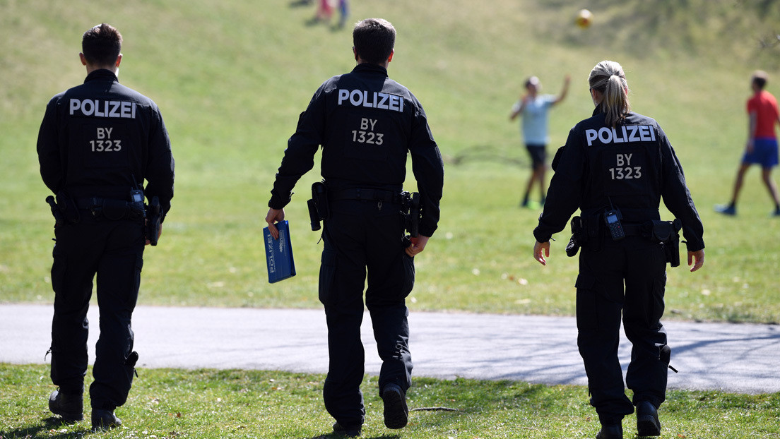 Suspenden a 29 policías alemanes acusados de compartir imágenes nazis en un grupo de WhatsApp