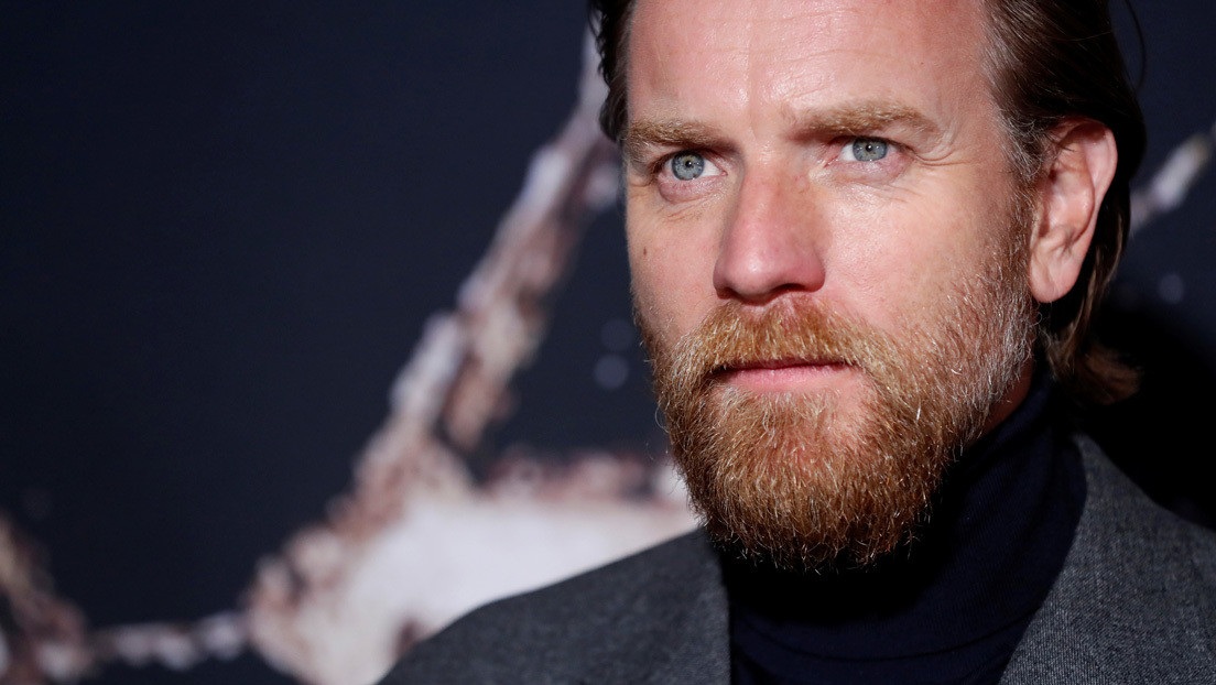 VIDEO: Ewan McGregor salta en moto sobre 'Obi-Wan Kenobi' desde un trampolín