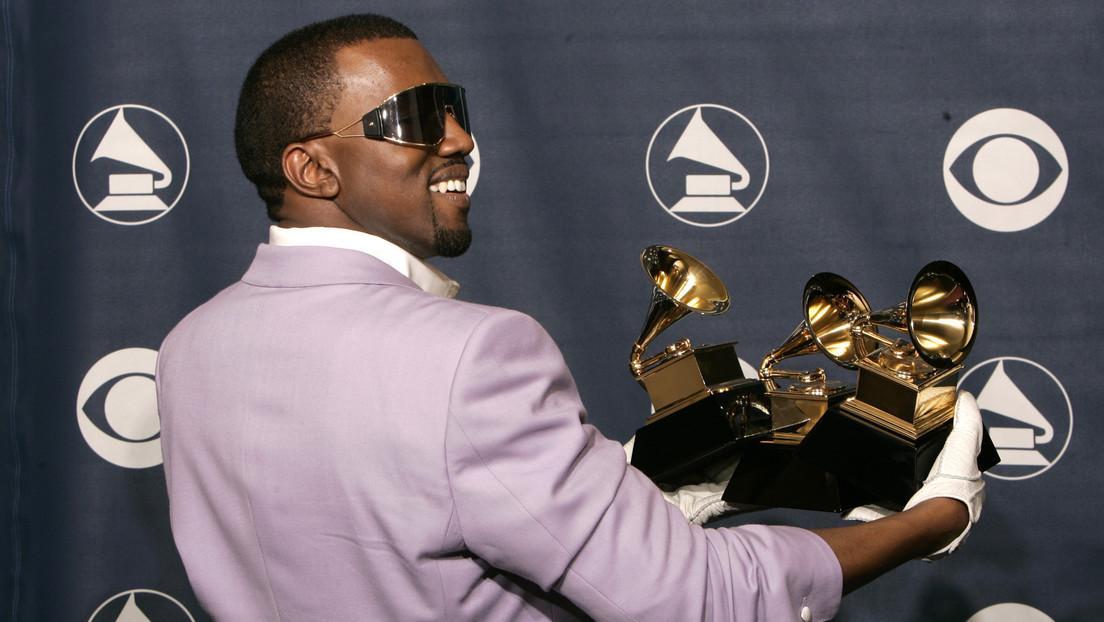 Kanye West publica un video orinando sobre uno de sus premios Grammy