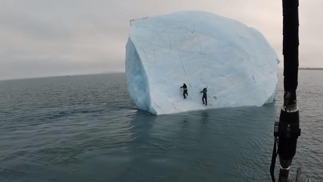 VIDEO: Un iceberg se vuelca con dos aventureros encima en el océano Ártico
