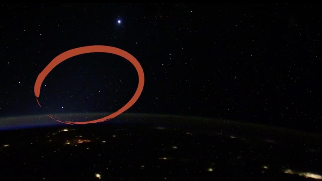 Un cosmonauta de la EEI revela qué son los misteriosos ovnis luminosos que filmó en agosto desde el espacio