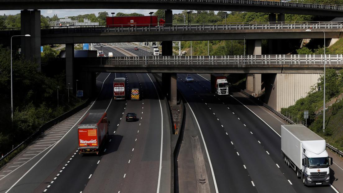 Reino Unido: Una mujer se cae de la ventana del auto mientras filmaba un video para Snapchat en plena autopista