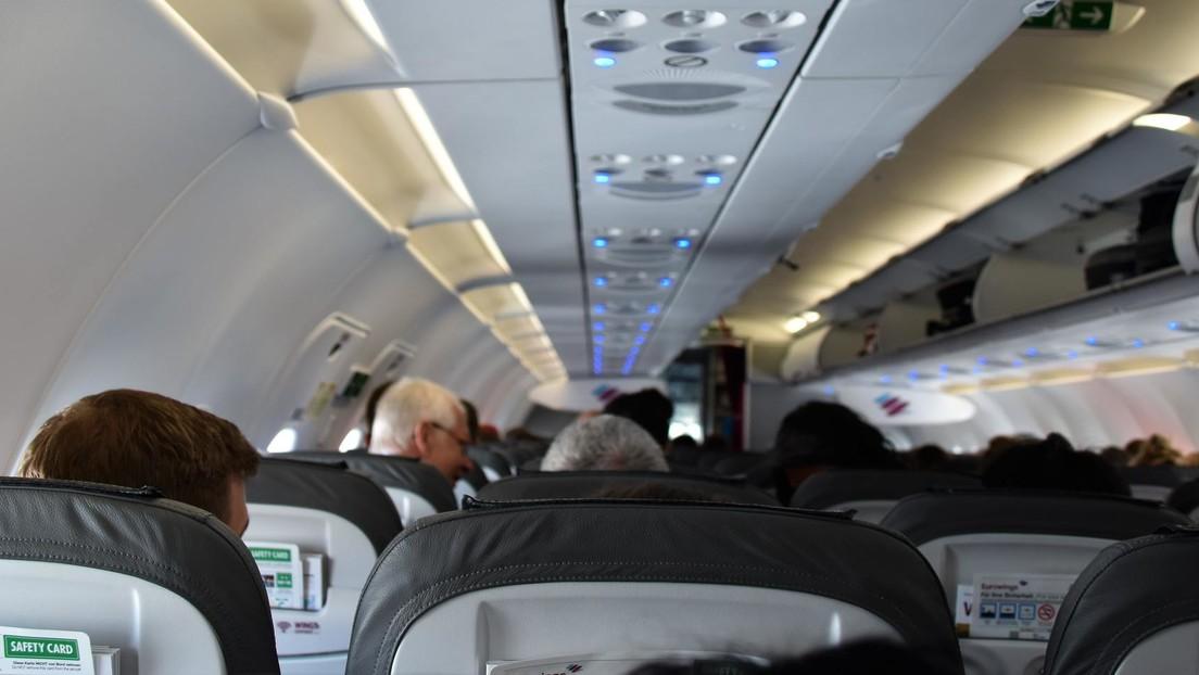España: Un joven le arranca de un mordisco parte de la oreja a otro pasajero en un avión
