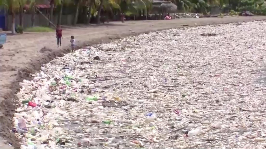 VIDEO: Un 'tsunami' de toneladas de basura inunda las playas de Honduras