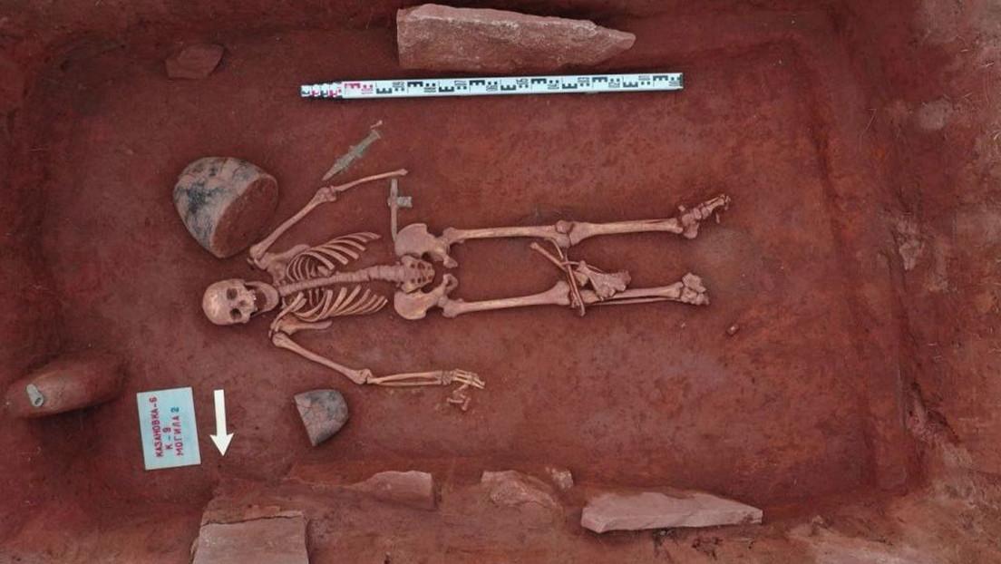 Hallan una tumba escita totalmente intacta de 2.500 años con una pareja y una mujer tumbada a sus pies