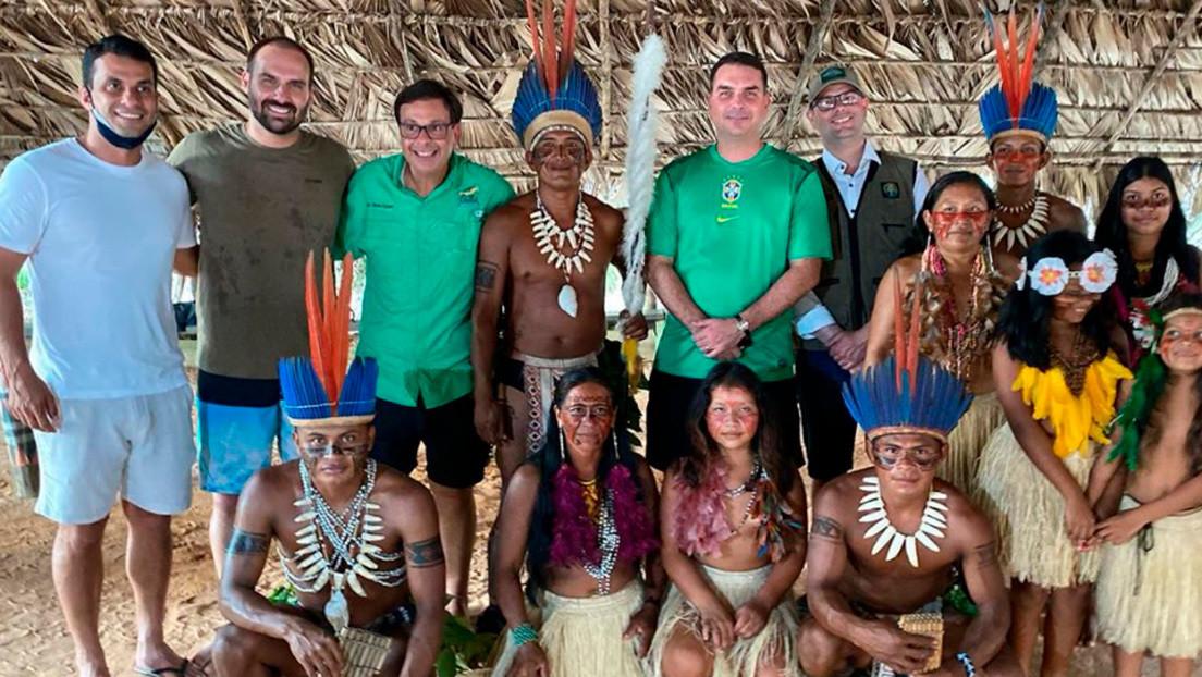 Los hijos de Bolsonaro y dos miembros del Gobierno de Brasil visitan una aldea indígena sin usar mascarillas