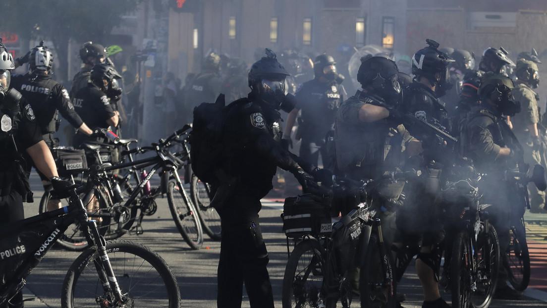 VIDEO: Un policía de Seattle pasa su bicicleta sobre la cabeza de un hombre tendido en el suelo