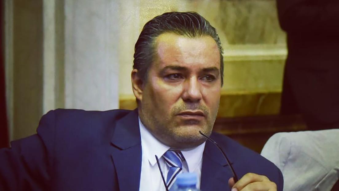 El diputado del Congreso argentino Juan Ameri manosea y besa los pechos de una mujer en plena sesión virtual y termina suspendido