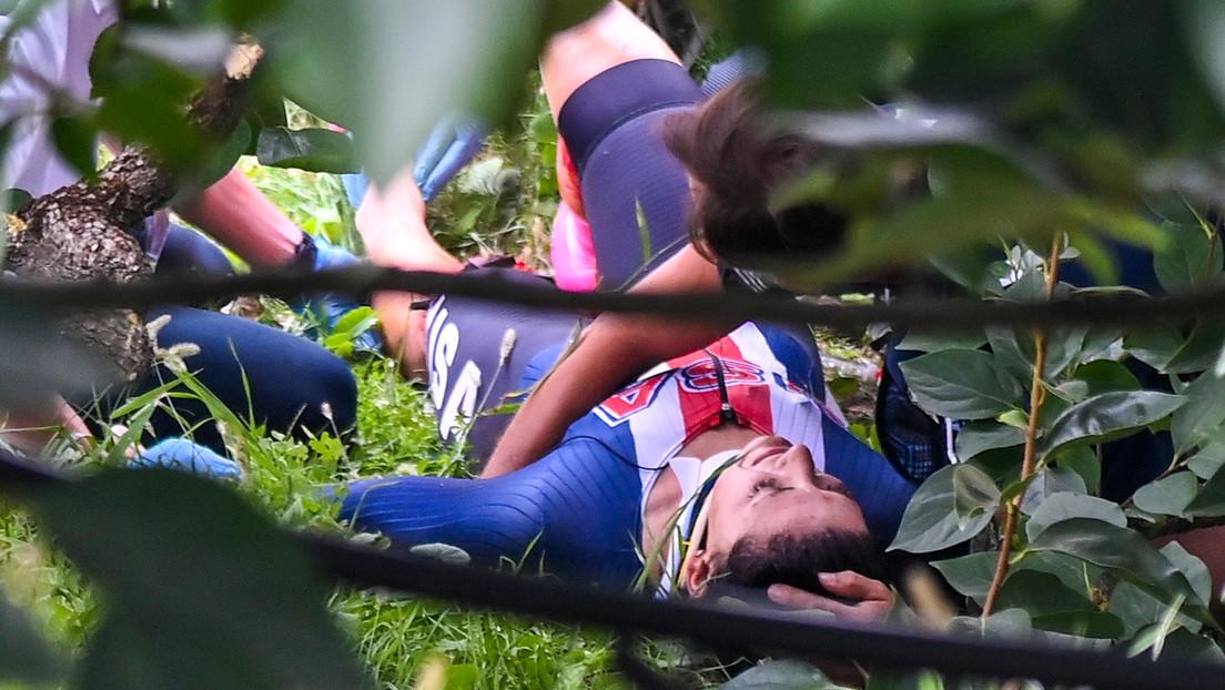Una ciclista estadounidense cae por un barranco y sufre una grave lesión en una pierna (VIDEO)