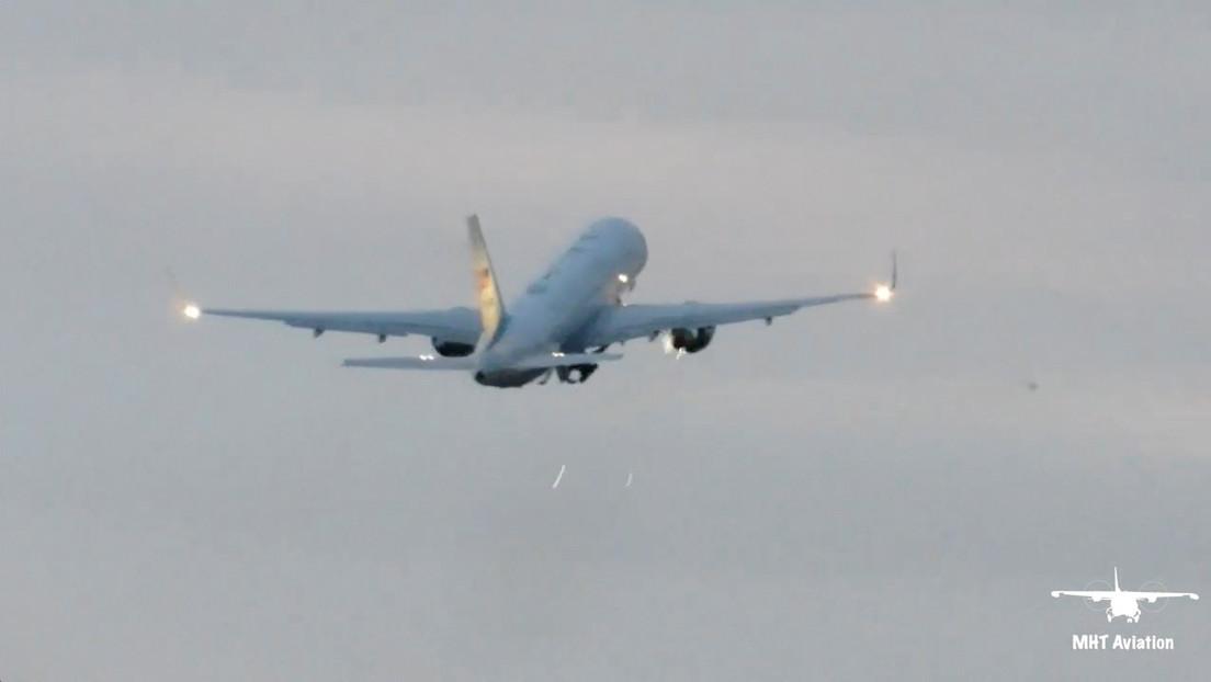 VIDEO: Momento en que el motor derecho del avión del vicepresidente Mike Pence chispea tras la colisión con un ave