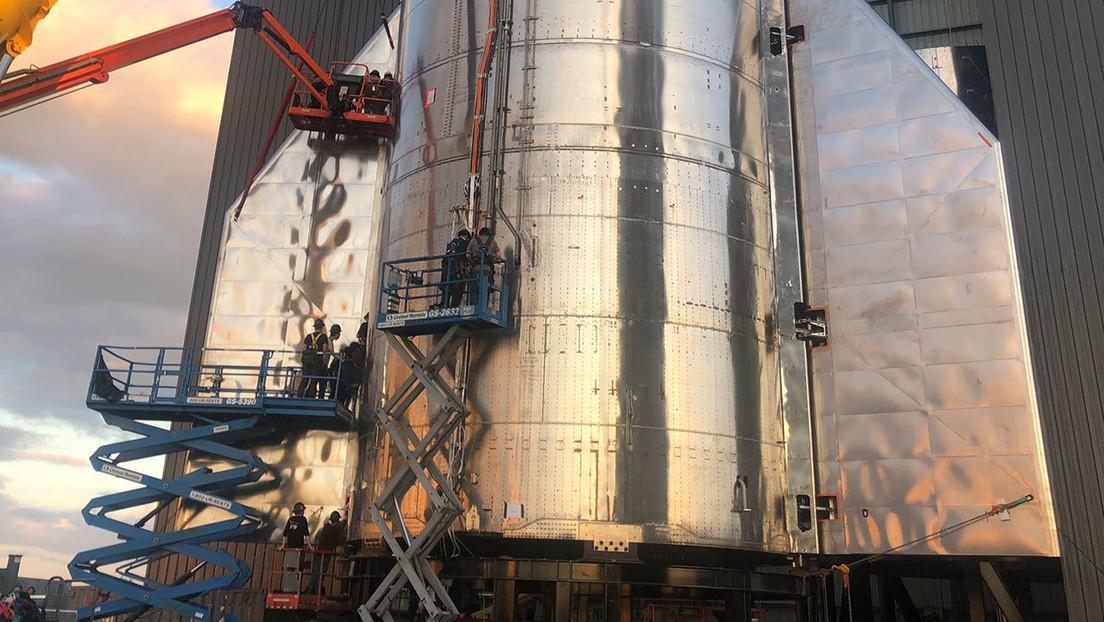 FOTO: Elon Musk muestra la parte inferior del nuevo prototipo de la nave espacial Starship