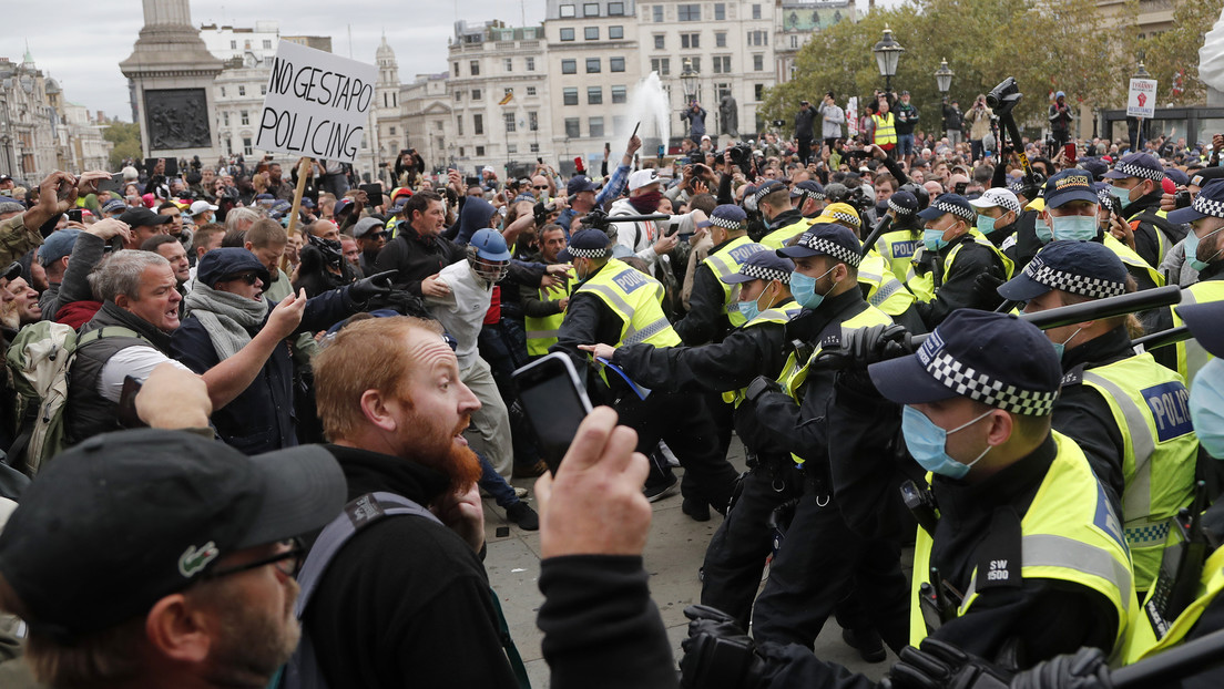 VIDEO: Policías y manifestantes heridos tras enfrentamientos en las protestas contra las medidas anticoronavirus en Londres