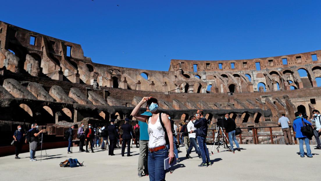 Sorprenden a un turista tallando sus iniciales en el Coliseo de Roma y podría ser condenado a prisión