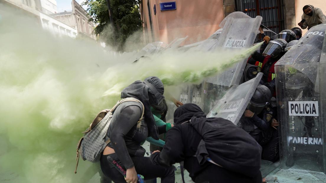 VIDEOS: Protesta feminista por el aborto en Ciudad de México se desarrolla entre pañuelos verdes, lacrimógenos y choques con la policía