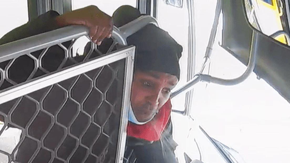 VIDEO: Un pasajero escupe tres veces en el rostro a un chofer de autobús en Australia