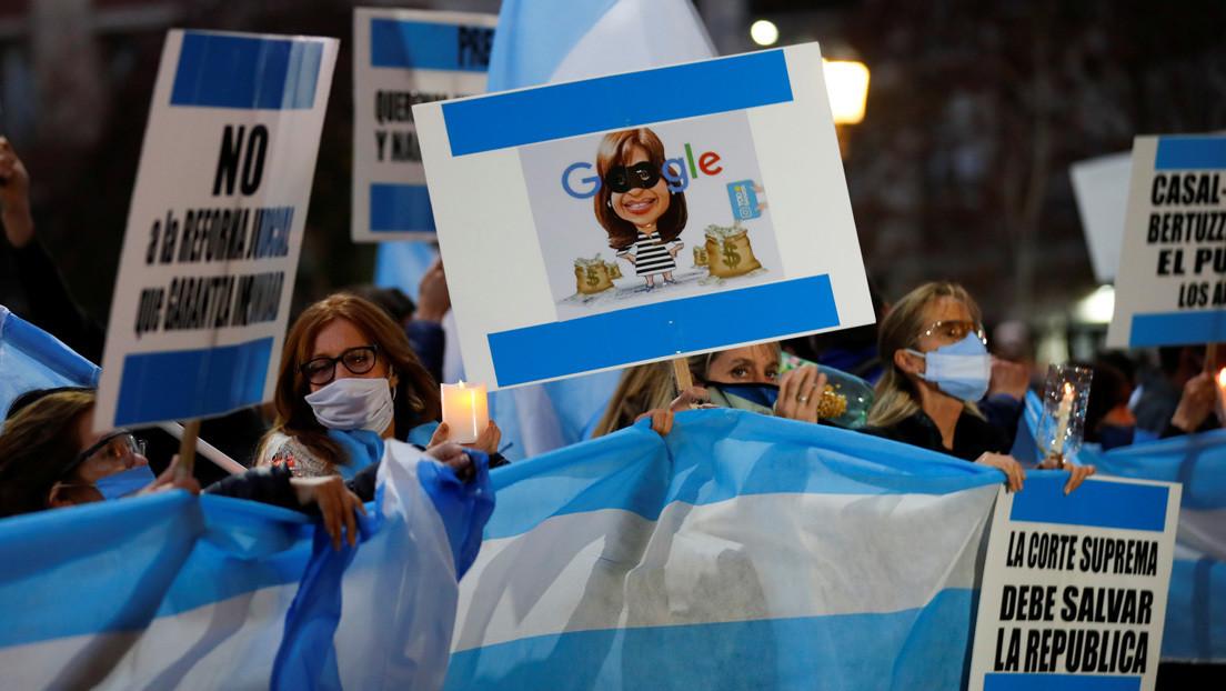 Protestas en casas de políticos y jueces, difusión de teléfonos y amenazas: la tensión que alimenta temores de violencia política en Argentina
