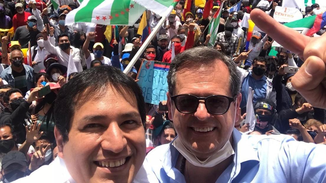 Manifestantes protestan ante el Consejo Nacional Electoral de Ecuador para exigir la inscripción del binomio Arauz-Rabascall