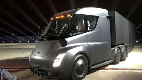"""Bill Gates explica por qué los camiones y aviones de pasajeros eléctricos """"probablemente nunca"""" funcionarán"""