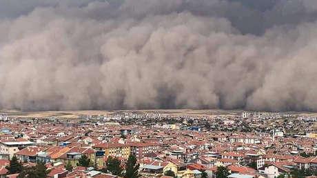 VIDEOS: Una impresionante tormenta de arena cubre Ankara