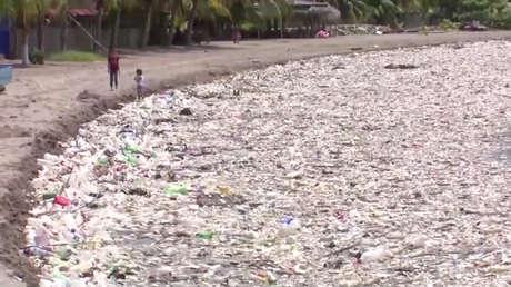 VIDEO: Un 'tunami' de toneladas de basura inunda las playas de Honduras