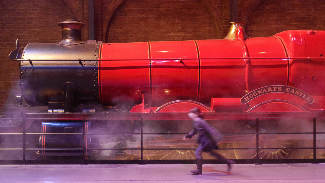 VIDEO: Esperan horas para ver el 'Hogwarts Express', pero una coincidencia les juega una mala pasada