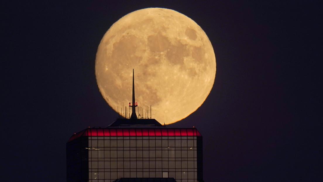 VIDEO: Micro luna llena ilumina el cielo nocturno