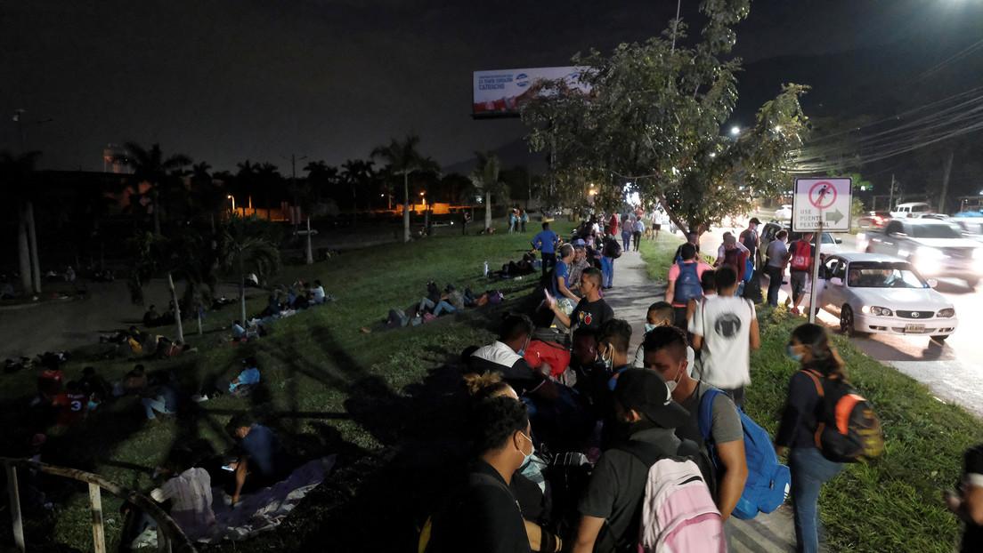 Caravana de migrantes hondureños ingresa a Guatemala en su avance hacia EE.UU.