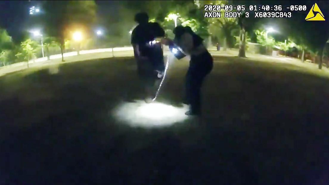 Publican un video del momento en que un agresor paralizado con una táser acuchilla a una agente en EE.UU.