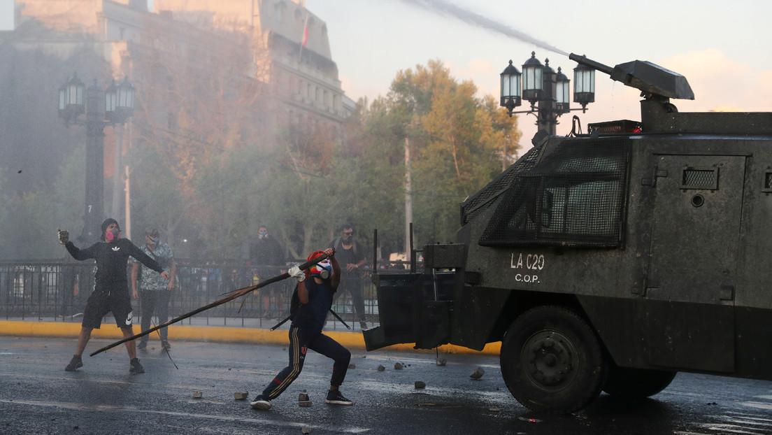 Responsabilizan a la Policía por haber lanzado a un joven a un río en medio de enfrentamientos en Chile (VIDEOS)