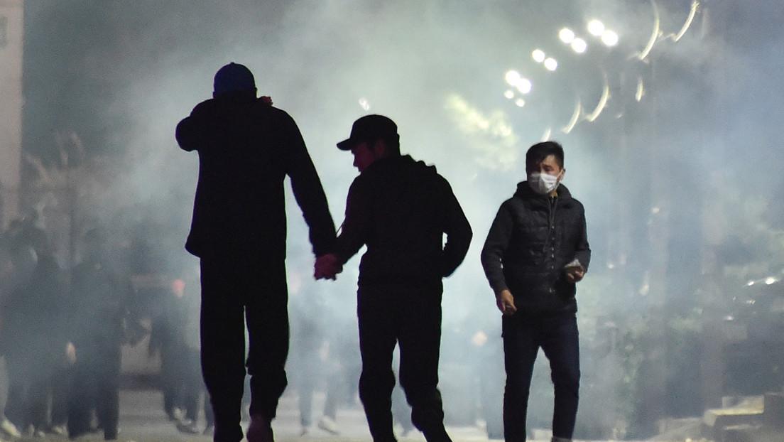 Manifestantes toman el Parlamento de Kirguistán y se enfrentan con la Policía tras anunciarse el resultado de las parlamentarias