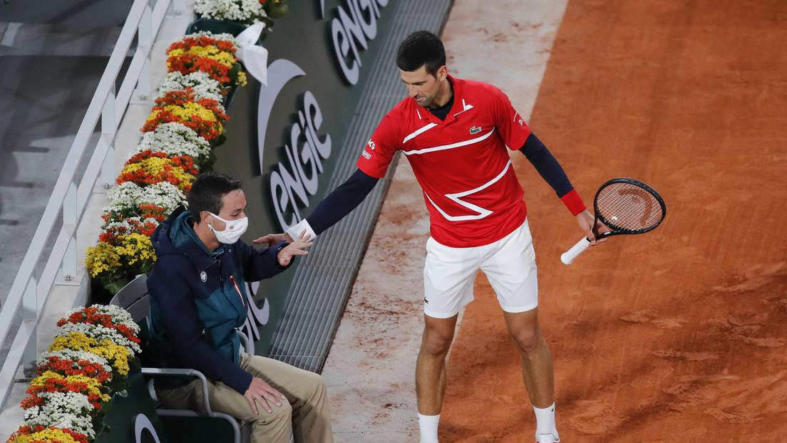 VIDEO: Novak Djokovic golpea de nuevo a un juez de línea en pleno juego, pero esta vez no es sancionado