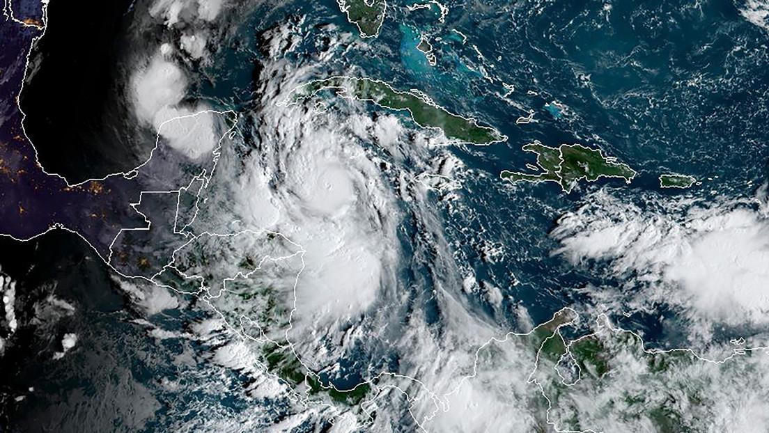La tormenta tropical Delta se convierte en un huracán de categoría 2 y México activa la alerta amarilla