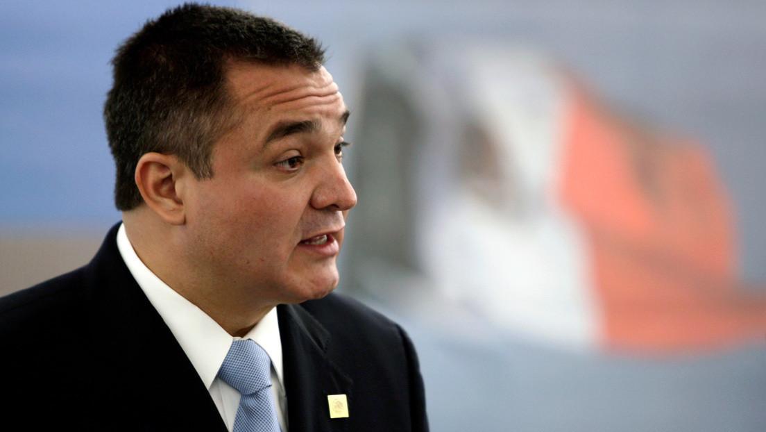 """""""Silencien sus micrófonos"""": Juez pierde la paciencia con los periodistas mexicanos y suspendió temporalmente la audiencia de García Luna"""