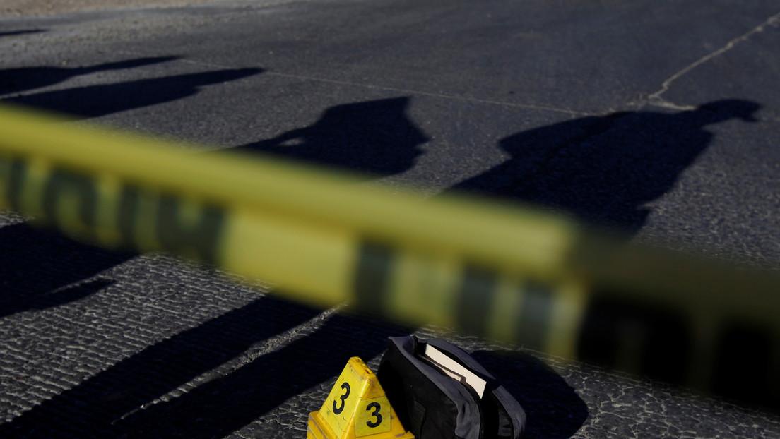 Hallan cinco cuerpos calcinados dentro de una camioneta a las orillas de una carretera en México
