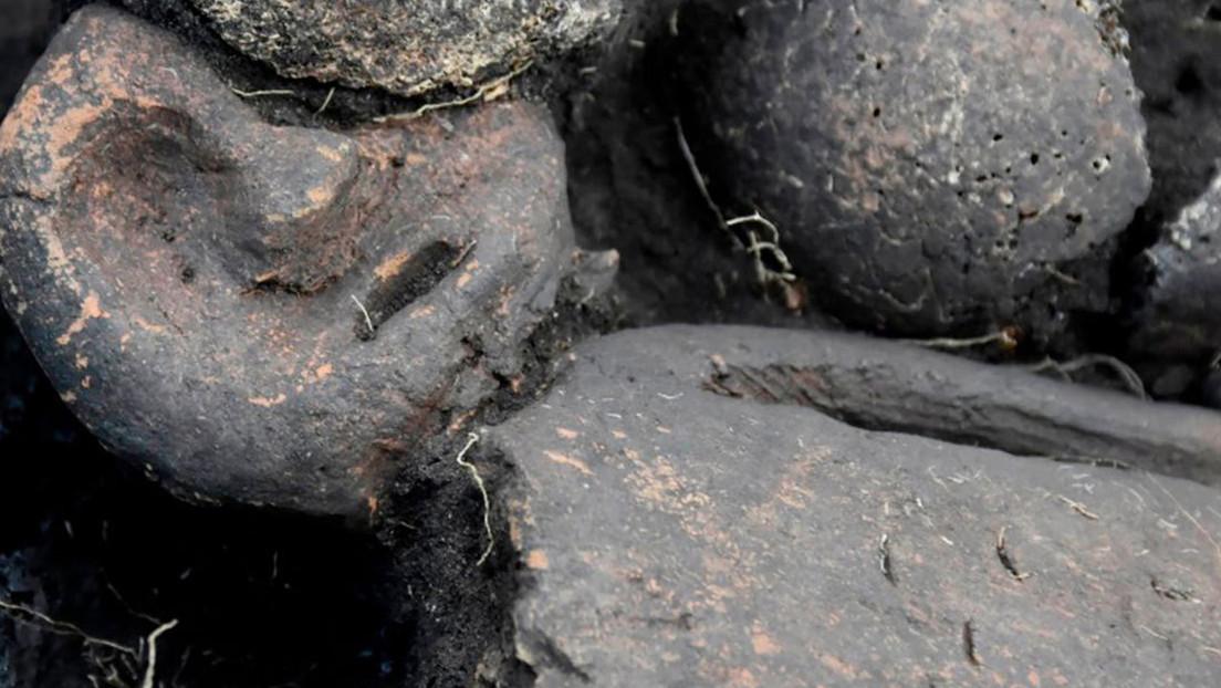 FOTOS: Hallan en Siberia una estatuilla tatuada y decapitada en una fosa común de dos niveles de hace 5.000 años