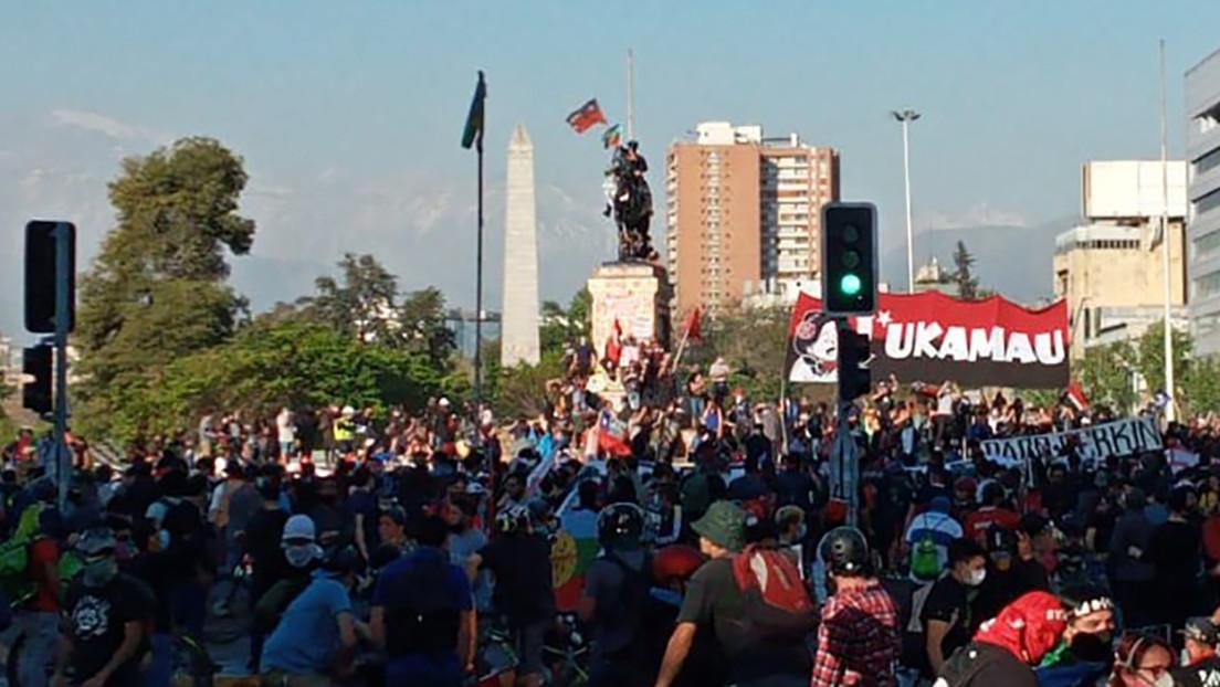 Choques con Carabineros y tensión en las calles de Chile en el tercer viernes consecutivo de protestas y a días del referéndum constitucional
