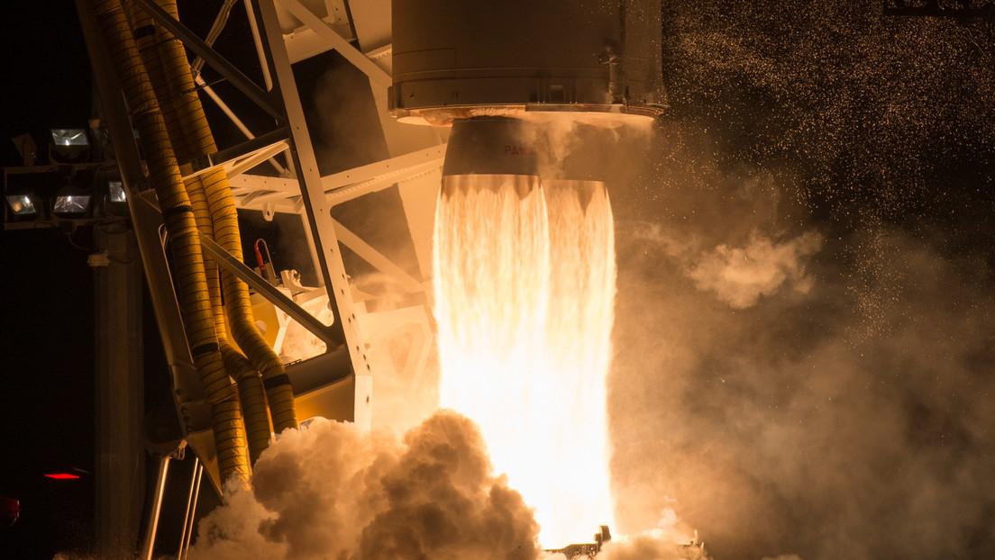 FOTOS: Capturan increíbles imágenes del momento exacto en el que un cohete pasa frente a la luna llena segundos después de su lanzamiento