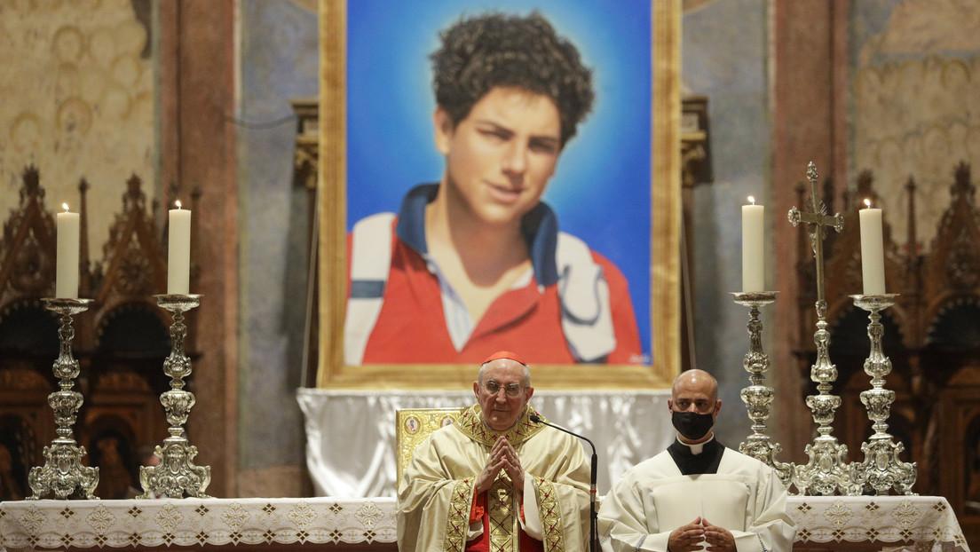 La Iglesia católica beatifica a Carlo Acutis, el joven italiano cuyo cuerpo permanece casi intacto desde su muerte en 2006