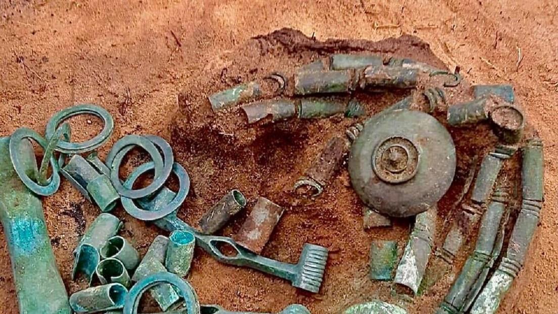 Descubren más de 150 fragmentos de una brida y un hacha de guerra de más de 2.500 años en Polonia