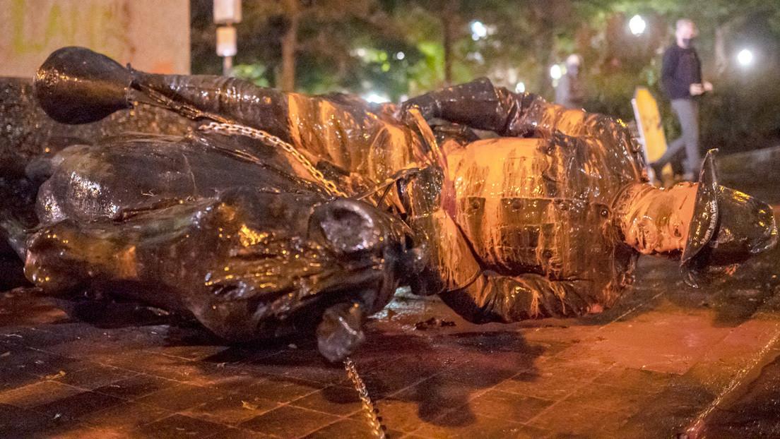 Manifestantes derriban las estatuas de Roosevelt y de Lincoln en Portland en medio de disturbios (VIDEOS)