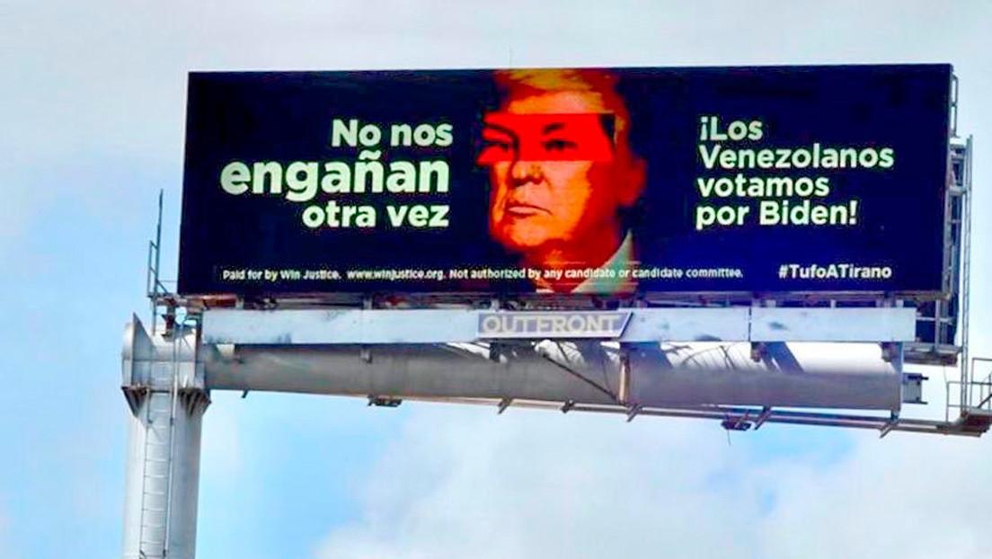 Una valla electrónica en Miami proyecta una imagen de Trump con los ojos de Hugo Chávez