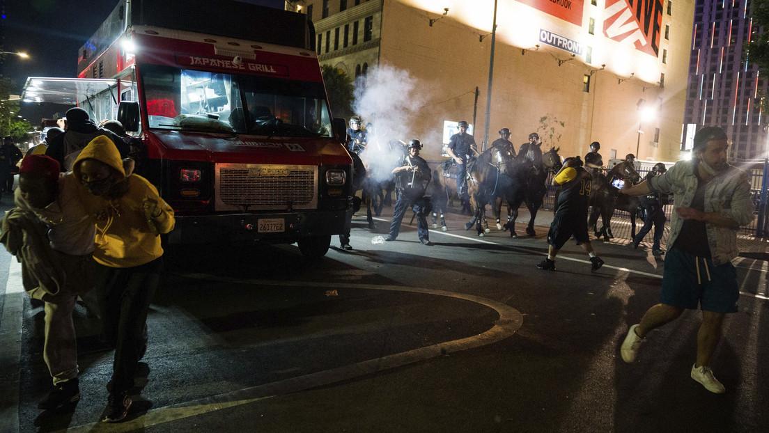 VIDEO: Policía usa gases lacrimógenos para dispersar a los fans que celebraban el triunfo de Los Ángeles Lakers