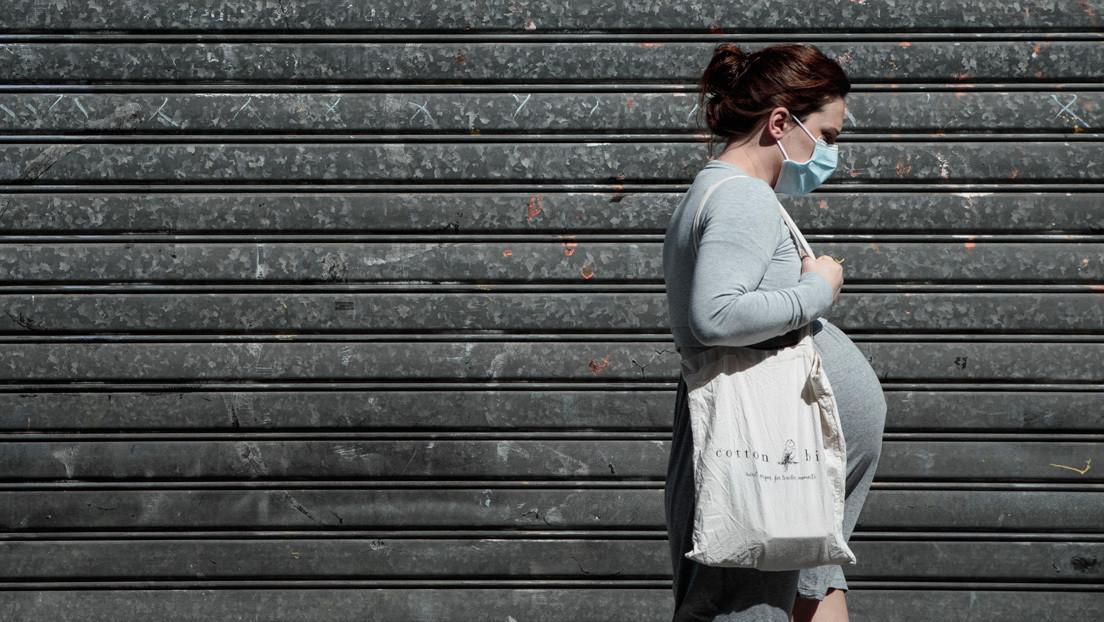 Francesas emprenden campaña contra el uso obligatorio de mascarillas durante el parto
