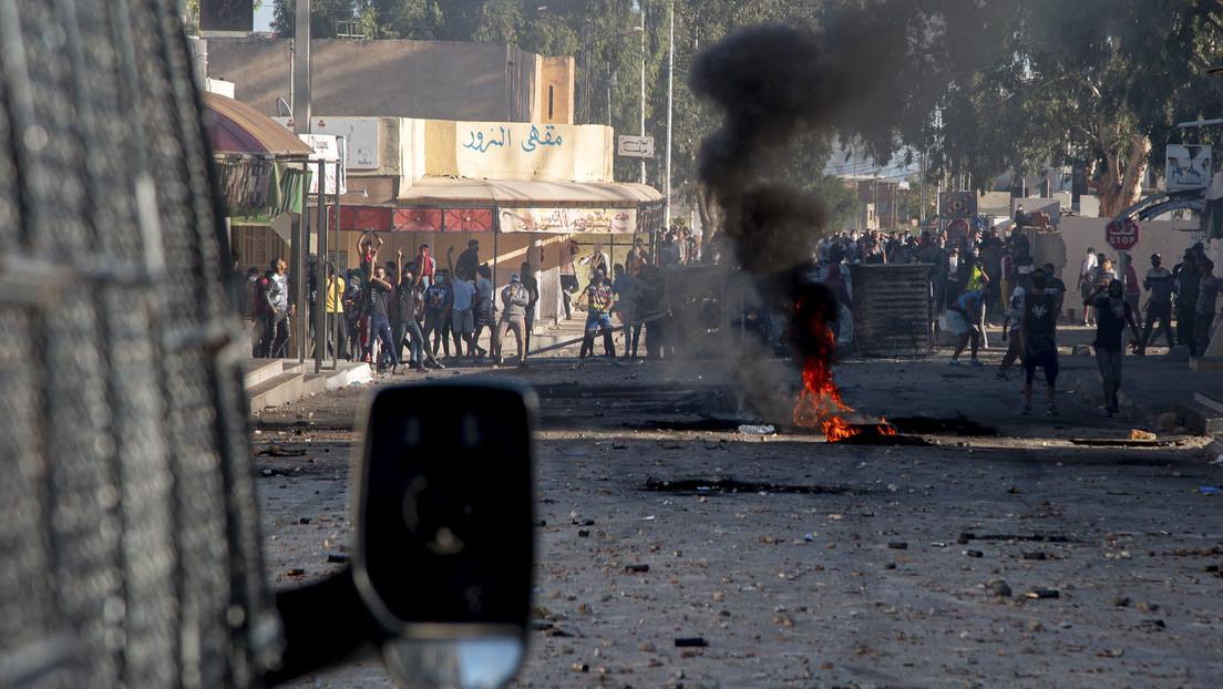 Manifestantes tunecinos se enfrentan a la Policía tras la muerte de un hombre en un quiosco demolido (VIDEO)