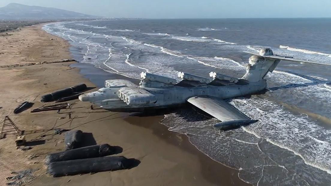 'El monstruo del Caspio': Un dron capta un ekranoplano soviético abandonado en una playa salvaje en Daguestán