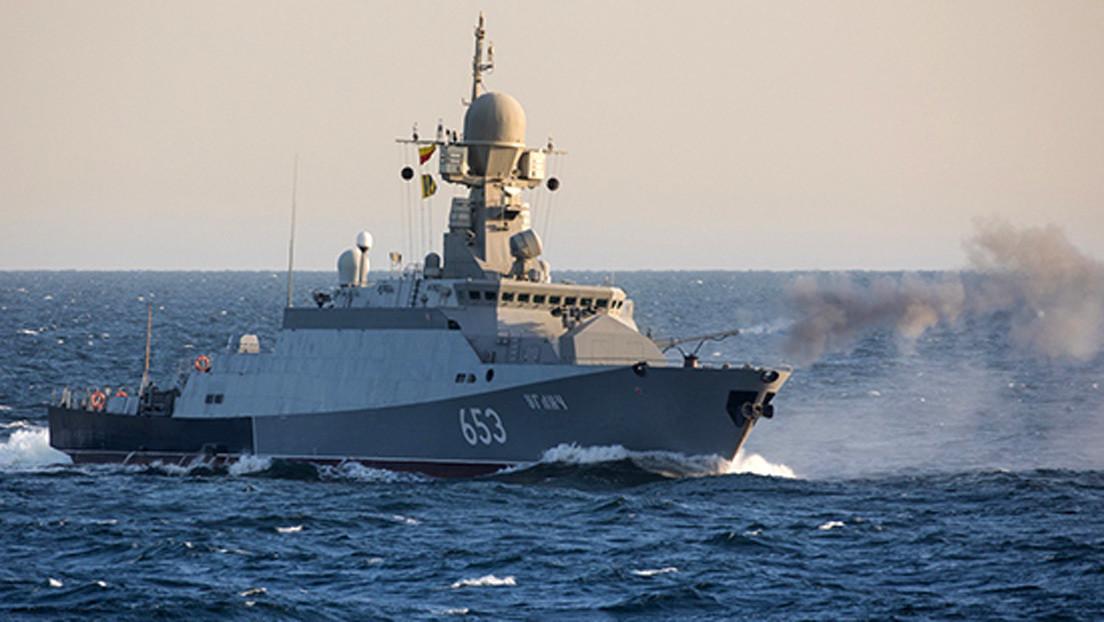 Los buques de guerra de la Flotilla del Caspio rusa practican la destrucción de drones enemigos