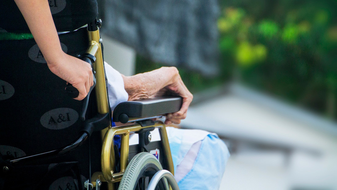 Una mujer lleva a un muerto en silla de ruedas hasta un banco para hacerle pasar por vivo y cobrar su pensión